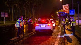 Des policiers contrôlent le respect du couvre-feu en Martinique, le 30 juillet 2021. (LIONEL CHAMOISEAU / AFP)