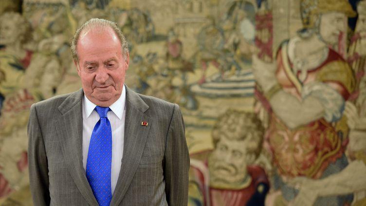 Le roi d'Espagne Juan Carlos se prépare à accueillir le président équatorien à Madrid (Espagne), le 24 avril 2014. (GERARD JULIEN / AFP)