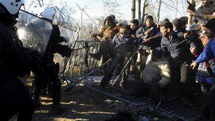 Des migrants affrontent des policiers grecs à la frontière entre la Grèce et la Macédoine près d'Idomeni le 3 décembre 2015. (ALEXANDROS AVRAMIDIS / REUTERS)