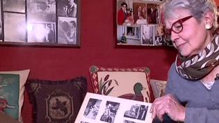 """Christiane Vauquelin feuillète les albums souvenirs avec Michel Delpech. C'est elle qui a inspiré la chanson """"Chez Laurette"""" en 1964.  (France 2 Culturebox)"""