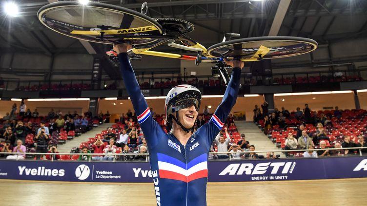 Corentin Ermenault champion d'Europe par équipe et en individuel de cyclisme sur piste. (PHILIPPE LOPEZ / AFP)