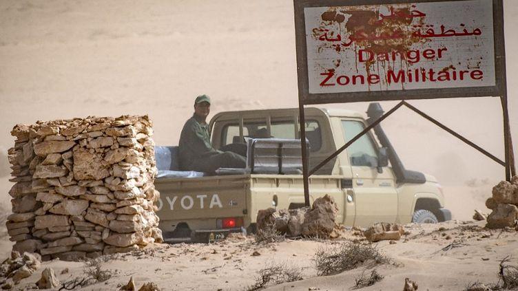 Un véhicule de l'armée marocaine longe la frontière avec la Mauritanie à Guerguerat au Sahara occidental le 25 novembre 2020. Des incidents avaient opposé l'armée à des sympathisants du Front Polisario qui bloquaient la frontière. (FADEL SENNA / AFP)