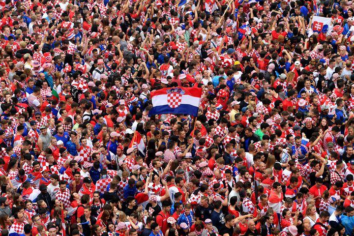 Des supporters croates se rassemblent à Zagreb (Croatie), dimanche 15 juillet, pour assister à la finale de la Coupe du monde entre leur pays et la France. (ANDREJ ISAKOVIC / AFP)