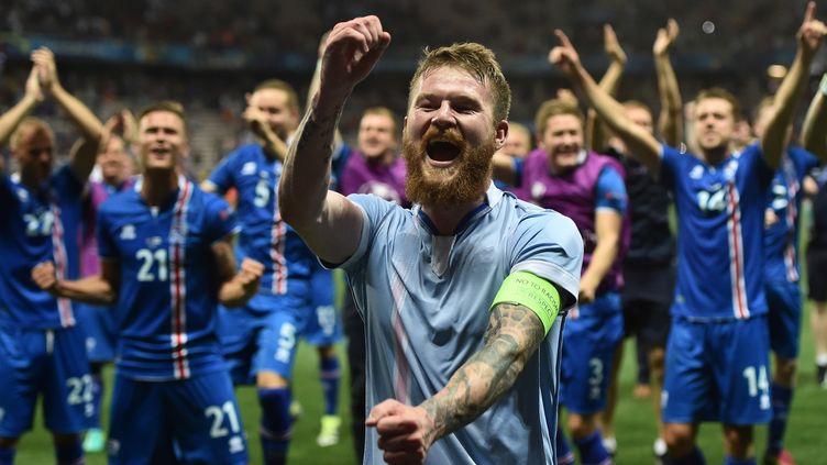 Les joueurs islandais célèbrent, en juin dernier à Nice, la victoire contre l'Angleterre avec leur public  (BERTRAND LANGLOIS / AFP)