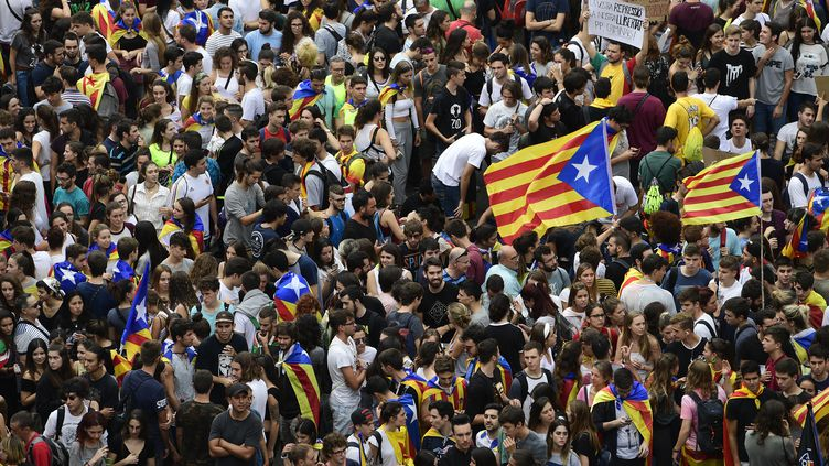 Des manifestants sont rassemblés sur la place de l'Université, à Barcelone (Catalogne, Espagne), le 3 octobre 2017. (PIERRE-PHILIPPE MARCOU / AFP)
