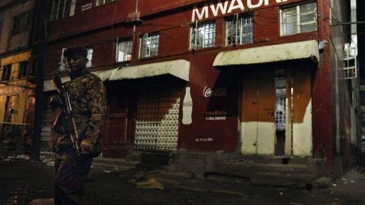 Une attaque à la grenade a fait 14 morts dans un bar de Nairobi, le 24 octobre 2011. (TONY KARUMBA / AFP)