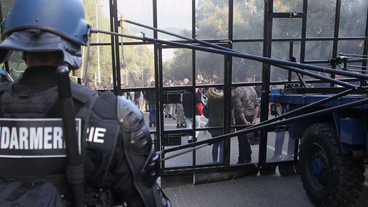 Les forces de l'ordre empêche des manifestants d'accéder au quartier des Jardins de l'empereur, à Ajaccio, le 27 décembre 2015. (YANNICK GRAZIANI / AFP)
