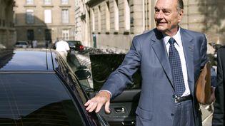 Jacques Chirac à son arrivée à son bureau à Paris, le 1er septembre 2011, cinq jours avant l'ouverture de son procès dans l'affaire des emplois fictifs à la mairie de Paris. (BERTRAND LANGLOIS / AFP)