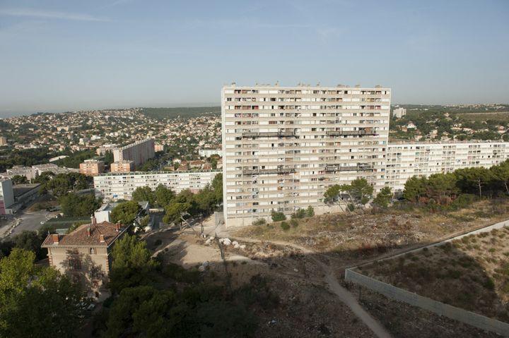 La cité Kalliste, à Marseille. Kalliste est l'une des cités les plus pauvres dans la ville, utilisée comme une base pour le trafic de drogue à grande échelle. (STEVEN WASSENAAR / HANS LUCAS VIA AFP)