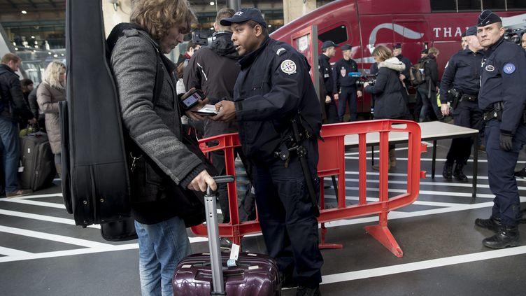 Des passagers arrivent sur le quai du Thalys à la gare du Nord, le 17 décembre 2015. (MAXPPP)