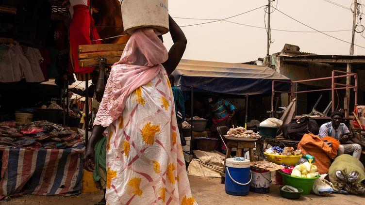 Une Sénégalaise au marché, le 25 février 2020. (JEROME GILLES / NURPHOTO)
