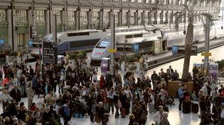 Des voyageurs attendent de prendre leur train, le 7 octobre 2011, gare de Lyon, à Paris. (JACQUES DEMARTHON / AFP)