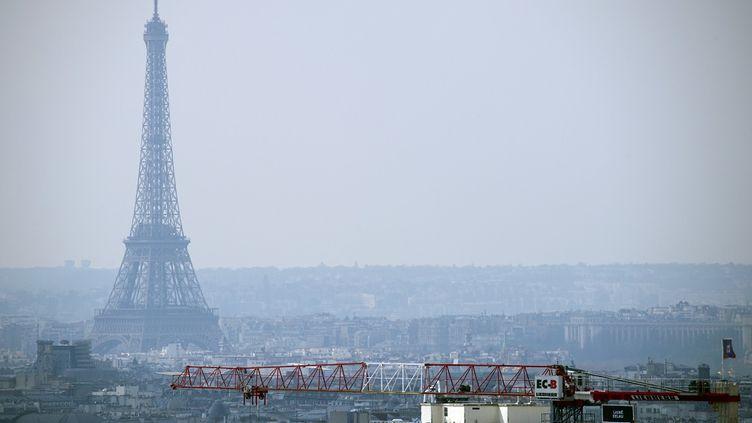 La tour Eiffel dans un nuage de pollution, le 27 mars 2014. (LIONEL BONAVENTURE / AFP)