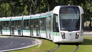 Une rame de tramway, en mars 2014, à Paris. (BOB DEWEL / ONLY FRANCE / AFP)