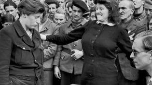 Deux femmes sont face à face. L'une porte la main sur l'autre. La photographie a été prise par le jeune Henri Cartier Bresson en juin 1945. (CAPTURE D'ECRAN FRANCE 2)