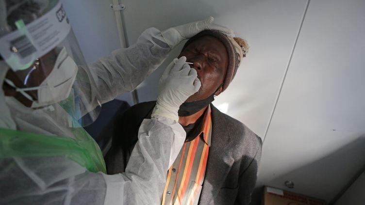 Un chauffeur de taxi de Pretoria testé au coronavirus (illustration). (PHILL MAGAKOE / AFP)