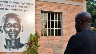 Un Burundais rend hommage au journaliste Jean Bigirimana porté disparu le 21 juillet 2016 à Bujumbura. (ONESPHORE NIBIGIRA / AFP)