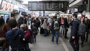 Des voyageurs en gare de Paris-Montparnasse, le 19 mai 2017. (MAXPPP)