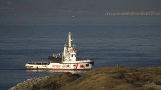 """Le navire de l'ONGProactiva """"Open Arms"""" a accosté à Algésiras (Andalousie, Espagne), le 9 août 2018. (JORGE GUERRERO / AFP)"""