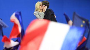 Brigitte et Emmanuel Macron au Parc des expositions de Paris, le 23 avril 2017. (ERIC FEFERBERG / AFP)