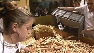 La Chandeleur a réuni des milliers de pèlerins et de fidèles à Marseille. À la suite de la messe, les autorités religieuses ont béni les navettes, des biscuits locaux. (France 3)