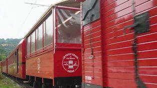 Après 11 années d'arrêt et trois ans de travaux, le petit train de la Mure, en Isère, a retrouvé ses passagers le 21 juillet dernier. Les visiteurs ont pu embarquer à bord du mythique train des Alpes françaises.  (CAPTURE ECRAN FRANCE 2)