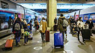 Des Parisiens reviennent de vacances au début du reconfinement, à lagare Montparnasse à Paris, le 31 octobre 2020. (Mathieu Menard / Hans Lucas / Hans Lucas via AFP)