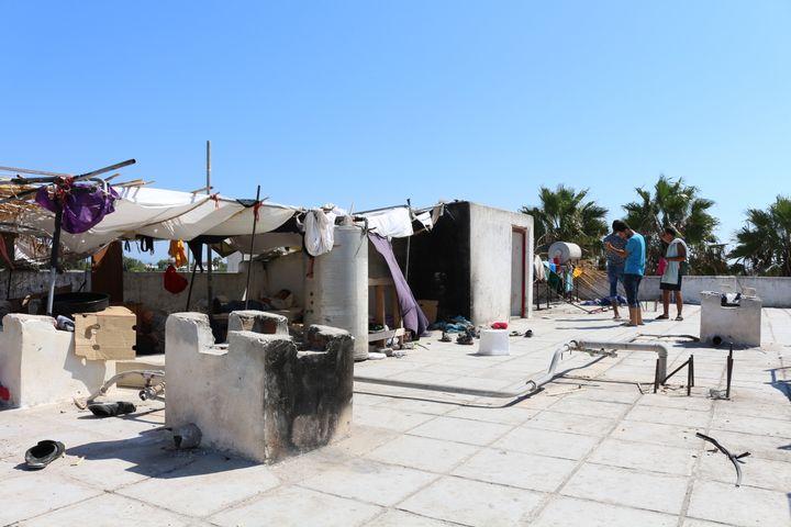 Des migrants ont construit des cabanes de fortune sur le toit de l'hôtel désaffecté, à Kos (Grèce), photo prise le 19 août 2015. (BENOIT ZAGDOUN / FRANCETV INFO)