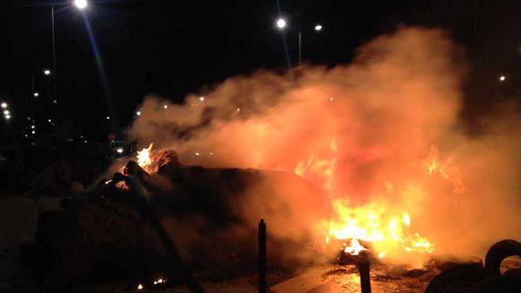 Un feu de paille devant la préfecture de région, à Rennes (Ille-et-Vilaine), le 2 juillet 2015. (THOMAS PAGA / FRANCE 2)