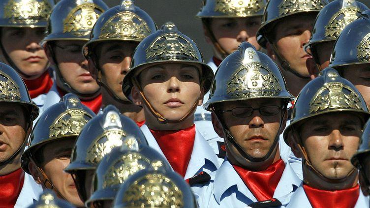De rares femmes parmi ces quelques pompiers qui défilent le 14-Juillet à Paris en 2009 (MAL LANGSDON / REUTERS)