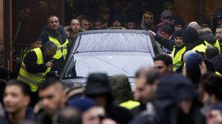 Le corbillard contenant le corps d'Omar El-Hussein quitte la mosquée deDortheavej (banlieue de Copenhague), entouré de plusieurs personnes, le 20 février 2015. (NILS MEILVANG / SCANPIX DENMARK)