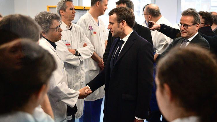 Le chef de l'Etat, Emmanuel Macron, rencontre le personnel soignant de l'hôpital de la Pitié-Salpêtrière à Paris, le 27 février 2020. (MARTIN BUREAU / POOL / AFP)