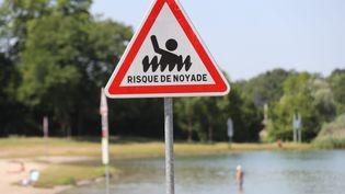 Des panneaux participent à la prévention des risques et en particulier des risque de noyade a proximité du Lac Achard au sud de Strasbourg (JEAN-MARC LOOS / MAXPPP)