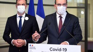 Le Premier ministre Jean Castex, accompagné du ministre de la Santé Olivier Véran, en déplacement le 24 juin 2021 dans les Landes. (GAIZKA IROZ / AFP)