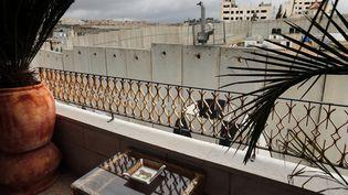 La vue depuis une chambre du Walled Off Hotel de Banksy à Bethléem  (Thomas Coex / AFP)
