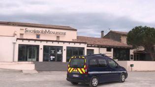 Au 22e jour de confinement, mardi 7 avril, les commerçants obligés de fermer boutique le 17 mars craignent plus que tout les cambriolages. À Castelnaudary, dans l'Aude, la gendarmerie fait des rondes pour éviter que cela n'arrive. (FRANCE 2)