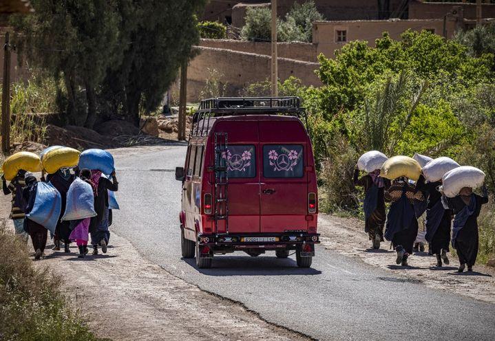 Retour des champs pour les cueilleuses de roses de Kelaat Mgouma au Maroc le 26 avril 2021. La vallée des roses offre du travail à des milliers de cueilleuses saisonnières. (FADEL SENNA / AFP)
