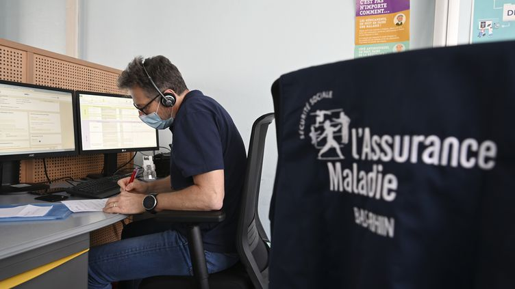 Un salarié de l'Assurance-Maladie assure le contact tracing, en mai 2020. (FREDERICK FLORIN / AFP)