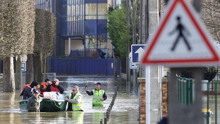 La commune de Gournay-sur-Marne fait face aux inondations, après une nouvelle montée des eaux vendredi 2 février. (JACQUES DEMARTHON / AFP)