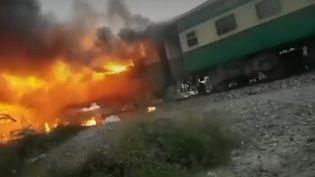 Une explosion accidentelle de bonbonne de gaz a eu lieu à bord d'un train au Pakistan. Il y aurait au moins 74 morts. (FRANCE 3)
