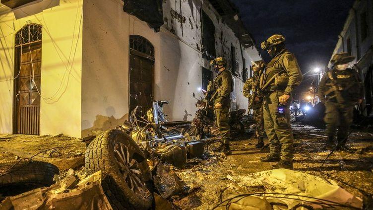 La police inspecte les dégâts après l'explosion d'une voiture piégée, à Corinto, en Colombie, le 26 mars 2021. (PAOLA MAFLA / AFP)