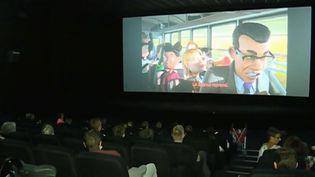Des enfants souffrant d'un handicap mental visionnement un film d'animation au cinéma. (FRANCE 3)