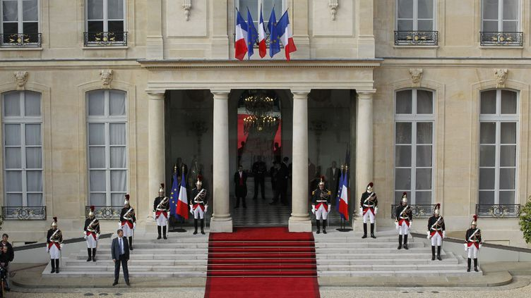 Le tapis rouge déroulé au palais de l'Elysée, le 15 mai 2012, lors de la passation de pouvoirs entre Nicolas Sarkozy et François Hollande. (PATRICK KOVARIK / AFP)