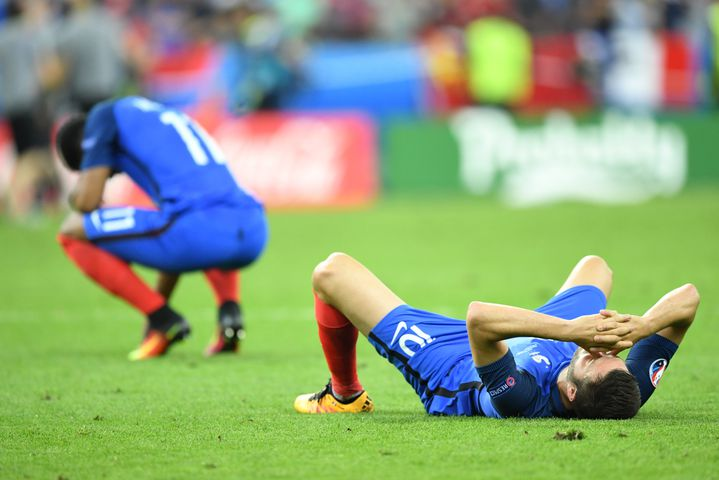 Les Français à terre après leur défaite en finale de l'Euro 2016 face au Portugal, le 10 juillet, au Stade de France. (MUSTAFA YALCIN / ANADOLU AGENCY)