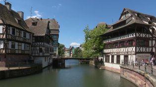 À trois jours du début de la deuxième phase du déconfinement, les bars et cafés du centre historique de Strasbourg (Bas-Rhin) s'affairent pour être prêts le 2 juin. (France 2)