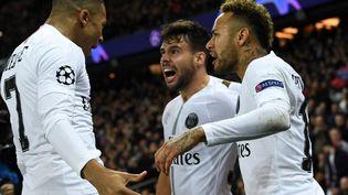 Kylian Mbappé, Juan Bernat et Neymar fêtent l'ouverture du score du PSG face à Liverpool, le 28 novembre 2018, à Paris. (FRANCK FIFE / AFP)