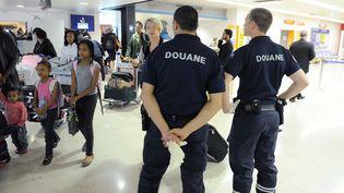Des agents des douanes à l'aéroport de Paris-Orly, le 8 juillet 2011. (WITT / SIPA)