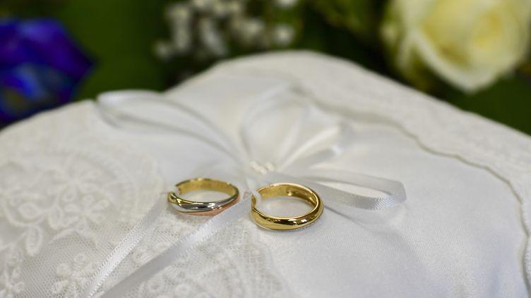 Deux anneaux de mariage. Photo d'illustration. (MIGUEL MEDINA / AFP)