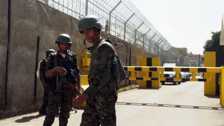 Deux soldats gardent l'entrée de l'ambassade de France au Yémen, à Sanaa, le 18 janvier 2015. (MOHAMED AL-SAYAGHI / REUTERS)