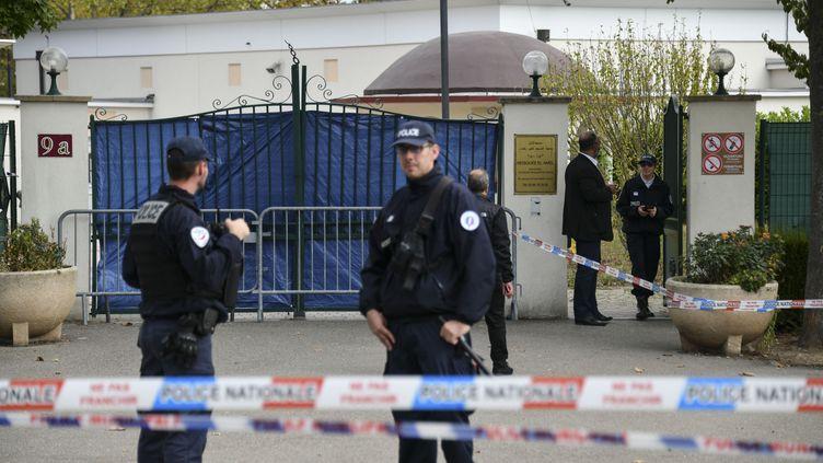 Des policiers devant laGrande Mosquée de Colmar (Haut-Rhin), le 22 septembre 2019. (SEBASTIEN BOZON / AFP)